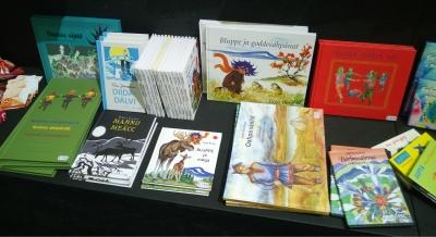 Pohjoissaamenkielisiä kirjoja Turun kirjamessuilla 2015. Kuva: Outi Salonlahti